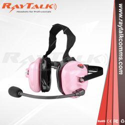 Hinter der rosafarbener Hochleistungshauptkopfhörer-grossen Umlauf-Postverwaltung mit Metallclip