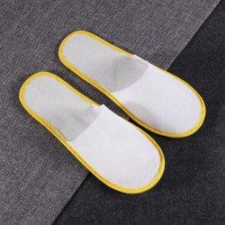 호텔 객실에 노란색 스트립이 있는 일회용 비 우븐 슬리퍼