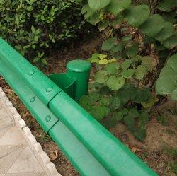 L'autoroute rambarde en plastique peinte à la barrière de sécurité
