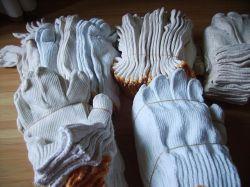 毛織手によって編まれる手袋の黒い綿によって編まれる手袋