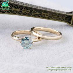 工場価格の標準的で簡単な6つの6つの爪の金6.5mmの華麗な丸型の切られた淡いブルーか緑のチャーミングなDef Moissaniteの石造りの結婚指輪