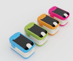 O oxímetro de pulso do dedo de cores diferentes