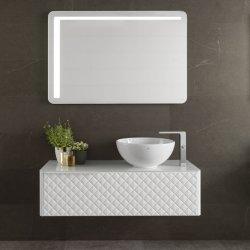 Cuarto de baño de color blanco con encimera de piedra artificial
