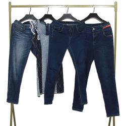 Verwendete zweite Handsommer-Kleidung kleidet Dame Jeans Pant
