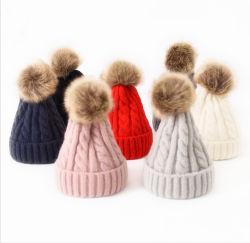 たくわえの暖かい帽子の冬のお母さんおよび赤ん坊の毛皮のポンポンの帽子の帽子を編むグループの一致の用品類
