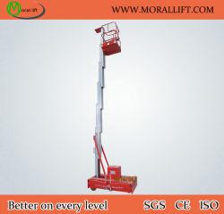 El hombre de mantenimiento de la antena de elevación vertical Levante