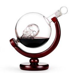 Fabrication de cadeaux uniques populaire 850ml globe de verre avec décanteur à l'intérieur de la conception du crâne bouteille avec socle en bois des couvercles