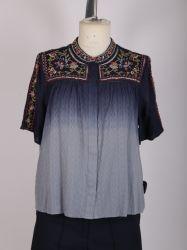 女性Embroideriedの衰退したカラーのワイシャツをデニム見なさい