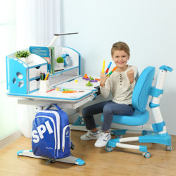 아이들은 연구 결과 테이블과 의자 가구를 조립한다