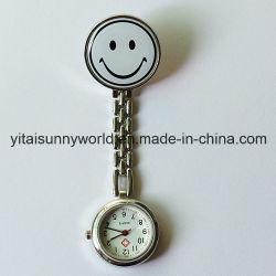 أسلوب شعبي لطيف يبتسم المرأة تواجه ساعة الممرضة