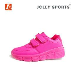 方法引き込み式のローラースケートは子供のための靴を遊ばす