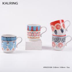 축제를 위한 사기그릇 찻잔 그리고 손 색칠 전사술