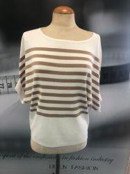 女性のばねの夏の縞のニットウェアが付いている大きい首の不足分の袖のプルオーバー