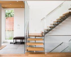 Место в форме буквы L лестница со стеклянными Balustrade