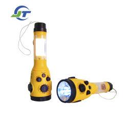 受信機および緊急LEDの懐中電燈のトーチのクランクを手で回しなさい
