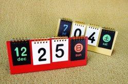 メーカーは注文の真珠のペーパーローズパターン DIY の個人化されたカレンダーの三脚を好みなさい カレンダー