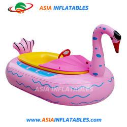 قارب مصد حيوانات عائم عائم على متن قارب جميل مطاطي لحمام السباحة