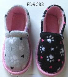 De BinnenPantoffels van het kind met TextielBovenleer/Binnenzool en Zool TPR
