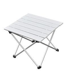 طاولة قابلة للطي من الألومنيوم الخفيف الوزن على شاطئ البحر