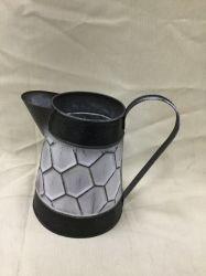 金属によって電流を通される黒い六角形パターン水まき鍋は植木鉢を飾る