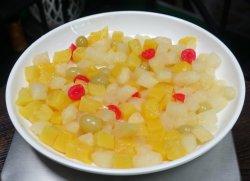 モモ、ナシ、パイナップル及びチェリーを含む新鮮な果物の缶詰にされたカクテル