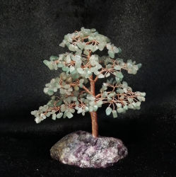 عامة زخرفيّة حجر كريم يقطع بلورة شجرة مع أرجوانيّ فلوريت قاعدة