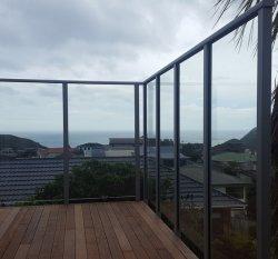 Rust-Proof Balustrade van het Glas van het Kanaal van het Aluminium van het Balkon van de Ontwerpen van de Balustrade van het Metaal Post/Traliewerk van het Glas van het Dek