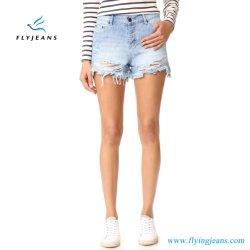 女性または女性の方法細いすり切らされた漂白されたジーンズの小型ズボンのデニムの不足分