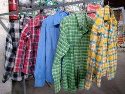 使用されるベストセラーの人のワイシャツに着せる