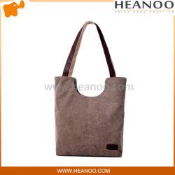 Le grandi donne imbottite raffreddano le borse dei sacchetti del progettista del Tote del cliente di fine settimana