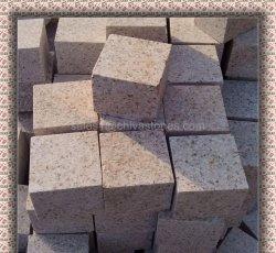 燃え立った自然な分割はまたはまたはブッシュによって槌で打たれたG682/Mistyの黄色い花こう岩の立方体か縁石または舗装するか、または玉石の石切れるために見た