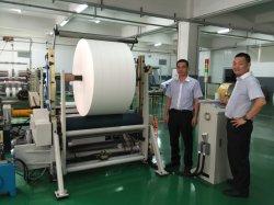 На заводе автоматической подачи бумаги на ломтики и перематывателем