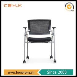 トレーニングの車輪が付いている施設によって折られる金属フレームの会合の椅子