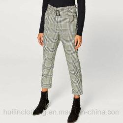 ベルトのウエストの常連適合は収穫されたズボンの格子縞のズボンの女性を点検した