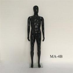黒いカラー衣服の表示のためのハンサムな人モデル