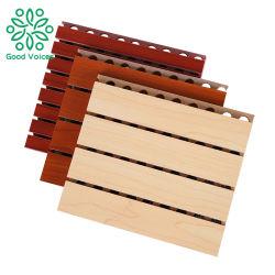 Dell'impiallacciatura interna perforata di legno insonorizzata del comitato del MDF a prova di fuoco del soffitto e della parete scheda acustica di legno Grooved