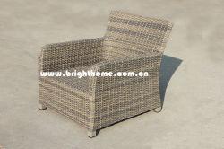 余暇の屋外の柳細工の藤の椅子