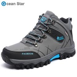 秋および冬の屋外人の登山のブートは靴のハイキングを防水する