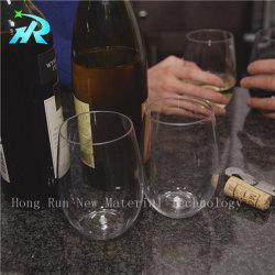 Tritanのワイングラスの赤いビールのジョッキ