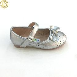 最新の製品の2019年の女の赤ちゃんは子供のBowknotの銀の靴に蹄鉄を打つ