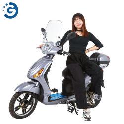 ペダルが付いている電気スクーターに容易に乗っているTw2老女