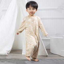 착색한 만화 아기는 수를 놓은 슬리핑백 아기 잔 착용 슬리핑백을 입는다