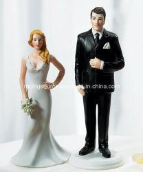 Novia de la resina de la boda y primeros altos de la torta de la estatuilla del novio