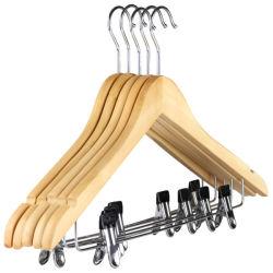 Деревянные вешалки одежды с помощью зажимов