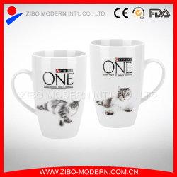 Weißer Becher mit einem Katze-Entwurf
