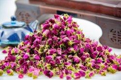I fiori secchi petali freschi allentati del Rosebud possono essere impregnati in acqua per bere