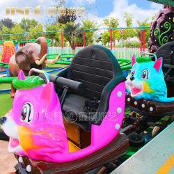 As crianças profissionais e familiares adultos e o Parque de Diversões engraçadas