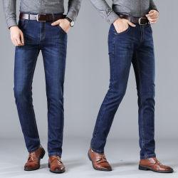 デニムの人の服装の衣服の方法ズボンはズボンの方法ジーンズを細くする