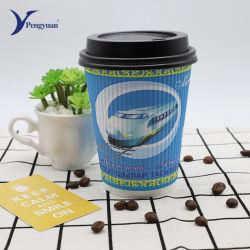 Одноразовые тройной уровень колебаний прямо на стене кривой чашки кофе бумаги
