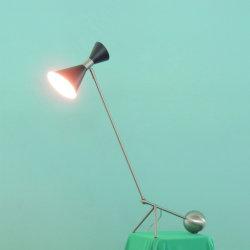 매트 블랙 래커 마감 테이블 램프의 새틴 니켈 지지 로드와 메탈 셰이드